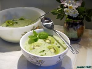 Суп огірковий з ківі