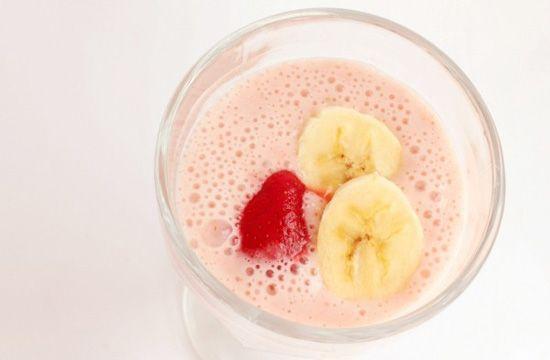 Легкий рецепт молочного коктейлю з полуницею і бананом