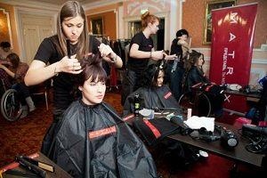 Перукаря доглядає за волоссям клієнтки