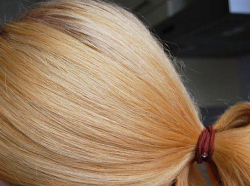 прибрати рижіну з волосся