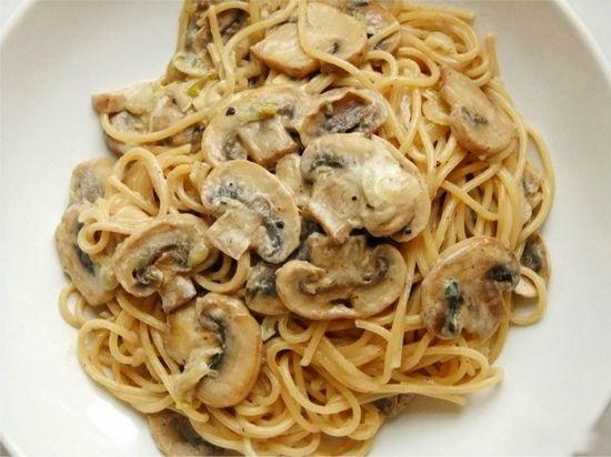 Паста з білими і іншими грибами у вершковому і сметанному соусі