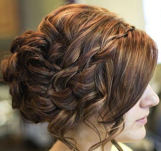 Зачіски на випускний на довге волосся для дівчаток: різноманітність варіантів і поради стилістів
