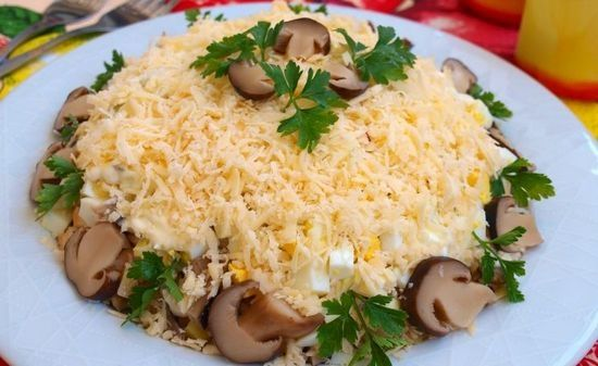 Простий салат з маринованими печерицями