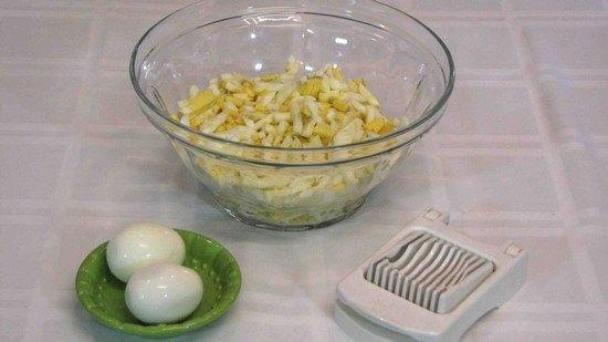 Яйця зварити і дрібно нашаткувати