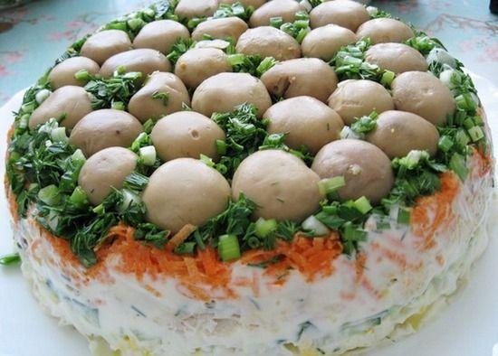 Салат з маринованими печерицями та куркою