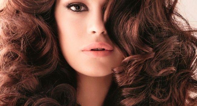 Карколомні локони: як красиво накрутити волосся на плойку