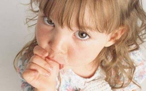 Чи варто відучувати дитини смоктати палець?