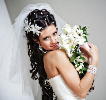 Весільні зачіски на довге волосся з фатою