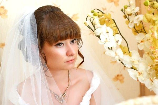 Весільні зачіски з чубчиком на волосся різної довжини